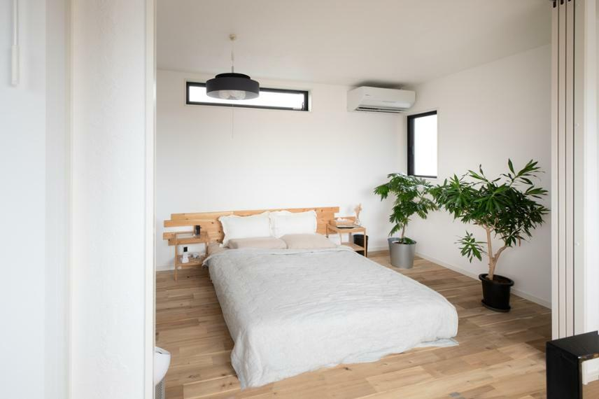 同仕様写真(内観) しっくいと無垢床を使用した同社施工です。
