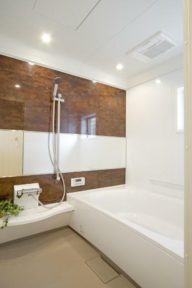 同仕様写真(内観) お子様と一緒にバスタイムを楽しめる広々浴室。 機能も充実しており、エコベンチ浴槽・浴室乾燥暖房・くるりんポイ排水・エコフルシャワー等を搭載しています。