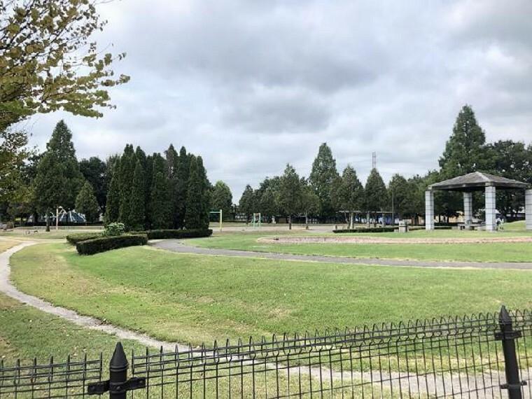 希望ヶ岡公園・・・園内はグラウンドと遊具がある少し広めの公園です。お天気のいい日には、お子様を連れてのお出かけや、気分転換にお散歩も、おススメです。