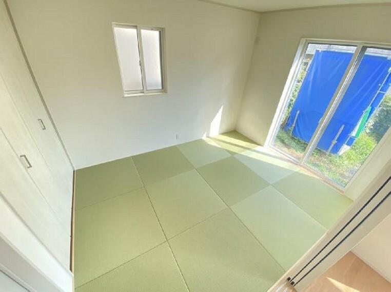 西城南4丁目 和室・・・畳はオシャレな正方形タイプとなっています。扉を開ければリビングと続き間になり、より開放的な空間に。