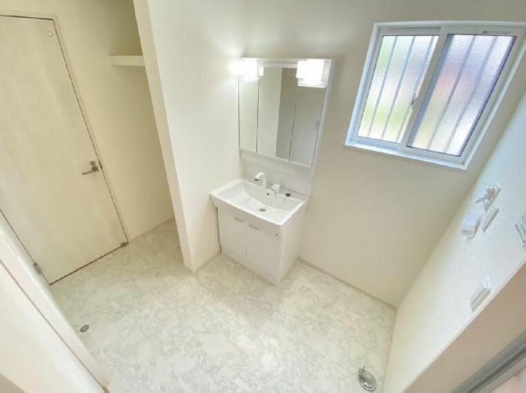 西城南4丁目 洗面室・・・三面鏡の裏は収納となっておりますので、美容家電やスキンケア用品の収納ができます。物入も付いており、タオルや洗剤のストック置き場にでき便利です。