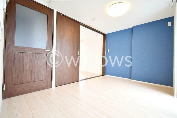 居間・リビング 扉を閉めて1つの部屋として使うのも良し、開放して広くお使いいただくことも可能です