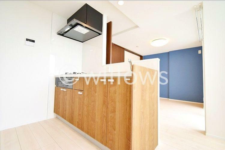 キッチン 新規交換システムキッチンは木目調を基調としたシンプルモダンなデザイン