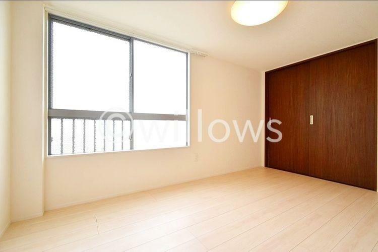 5.8畳の居室です。大きな窓がお部屋に開放感を感じさせてくれます。