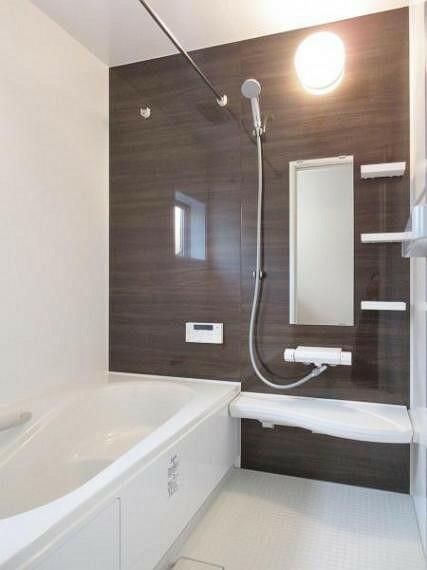 同仕様写真(内観) ●同仕様ユニットバス 寒い季節には暖房機能で快適な入浴が楽しめる浴室暖房乾燥機付き