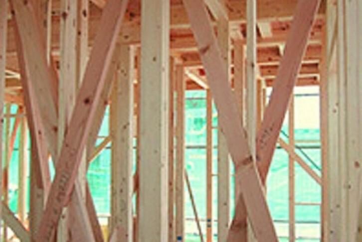 構造・工法・仕様 木造軸組み工法は土台、柱、梁などの住宅の骨格を木の軸で造る工法です。 接合部には補強金物取り付け、床には構造用合板を使用するなど、強い耐震性・耐久性を発揮しています。