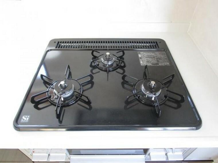 【同仕様写真】新品交換するキッチンは3口コンロなので同時進行で調理可能。大きなお鍋を置いても困らない広さです。火を使わないので小さなお子さんがいるご家庭では安心ですね。