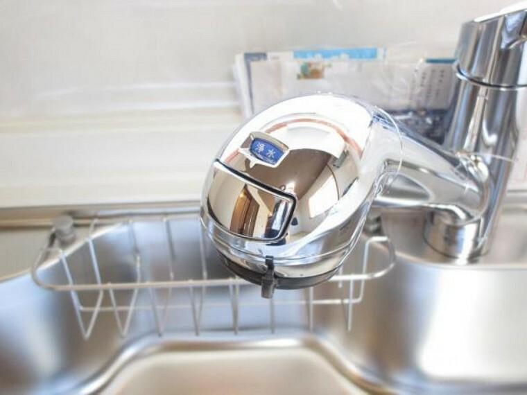 【リフォーム済】新品交換するシステムキッチンの蛇口は浄水機能付きになっています。綺麗でおいしい水で料理をできるのは安心ですね。