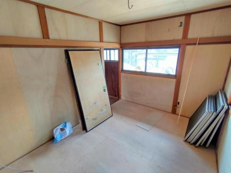 【リフォーム中】2階西側6帖和室です。洋室に間取り変更を行います。天井と壁のクロスを張り替え、床にはクッションフロアを重ね張りする予定です。押入れがあるため、季節のお洋服やお布団を収納しお部屋を広くお使いいただけます。