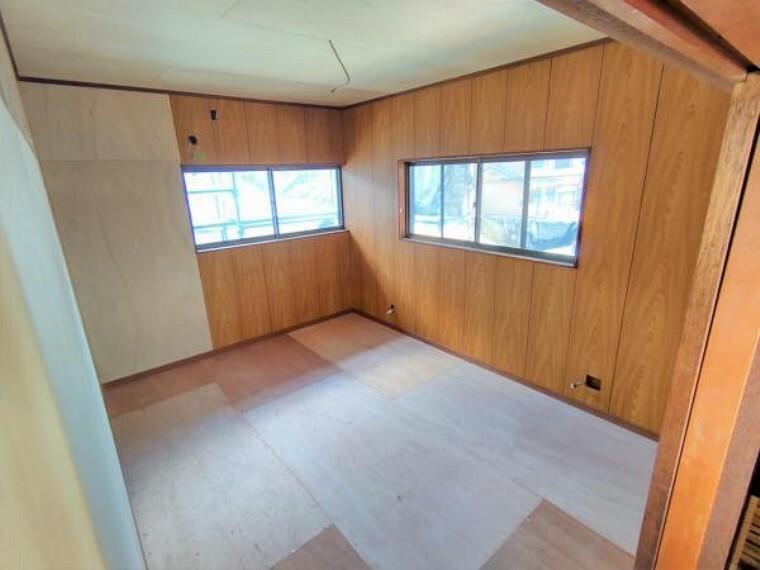 【リフォーム中】2階東側洋室です。天井と壁のクロスを張り替え、床にはクッションフロアを重ね張りする予定です。階段上収納があるため、お部屋を広くお使いいただけます。2面に窓があるため風通しの良いお部屋です。