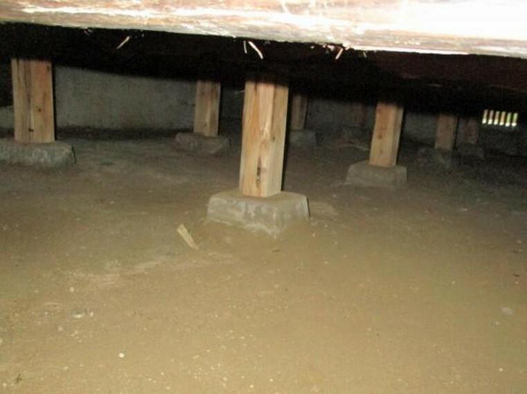 構造・工法・仕様 【リフォーム中】中古住宅の3大リスクである、雨漏り、主要構造部分の欠陥や腐食、給排水管の漏水や故障を2年間保証します。その前提で床下まで確認の上でリフォームし、シロアリの被害調査と防除工事もおこないます。