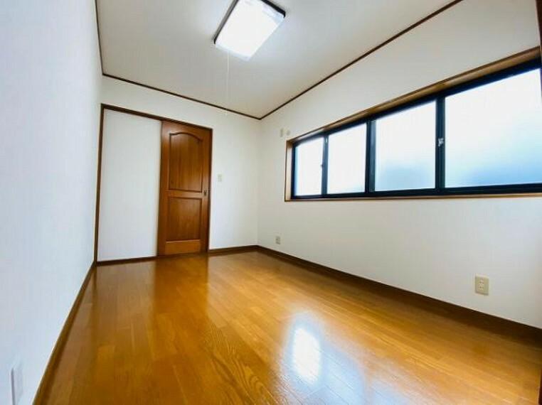 寝室 窓が多く明るい洋室
