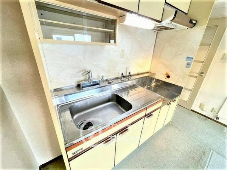 キッチン 吊り戸棚もあり収納スペースが充実したキッチン