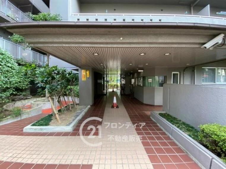 エントランスホール 整えられた緑が映える正面玄関