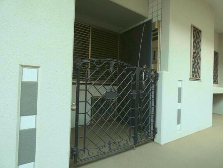 玄関 専用ポーチ付きの玄関です。