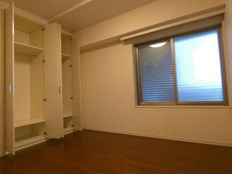 約6帖の洋室です。クローゼットがございます。