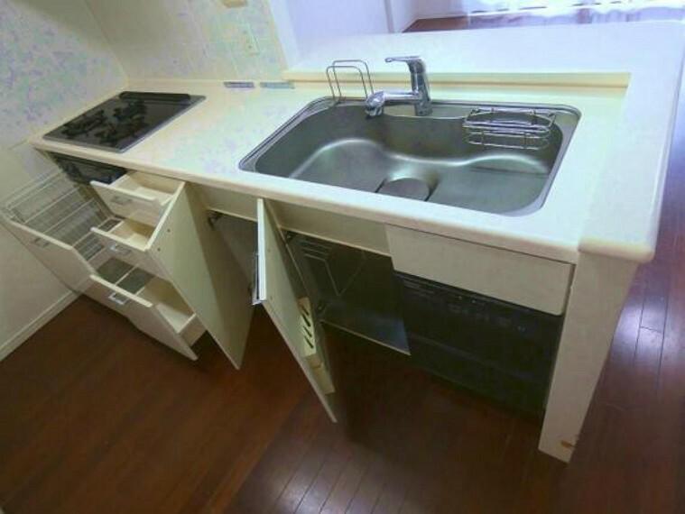 キッチン キッチン下は収納スペースです。調理器具などもスッキリ片付きますね。