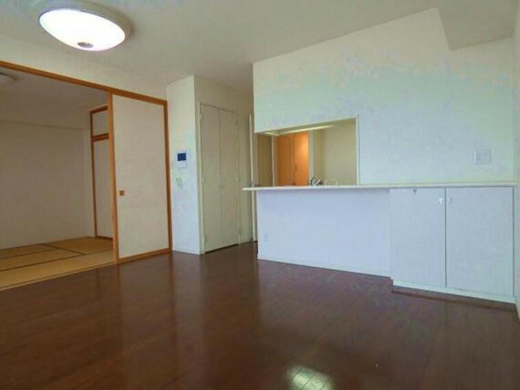 居間・リビング LDKは約14帖ございます。