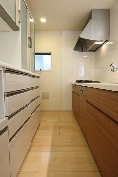 キッチン 食洗機付きの対面式キッチンで、後片付けラクラクです