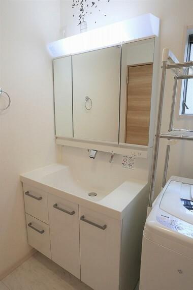 洗面化粧台 機能的でありながらシンプルなスタイルの洗面化粧台