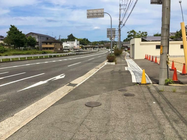 現況写真 主要地方道の枚方大和郡山線に面しており、阪奈道路の阪奈三碓へ300m