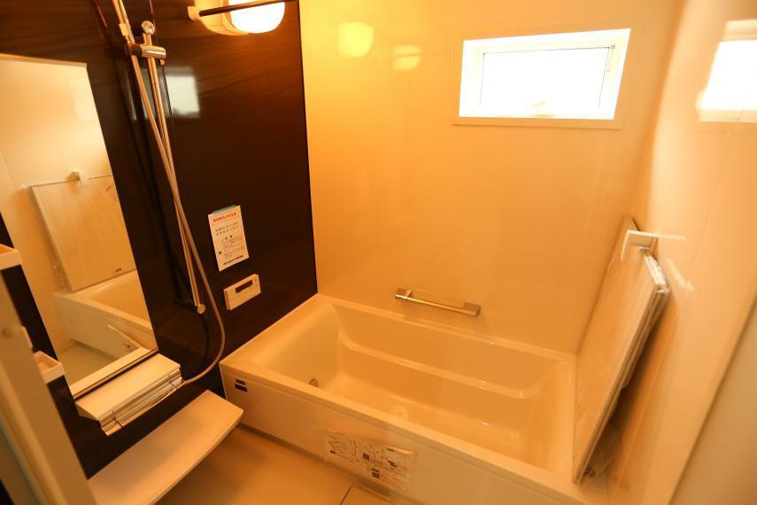浴室 タカラスタンダード「リラクシア」 耐震システムバス:震度6強の振動にも負けない強度。浴室の重さを分散する「フレーム構造」の土台耐久性です。