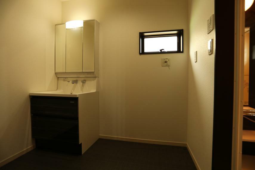 洗面化粧台 人造大理石ボウル一体型カウンターハイバックタイプ 2段スライドタイプ 3面鏡(樹脂ボックス仕様、コート有、LED照明、コンセント1口有り) )