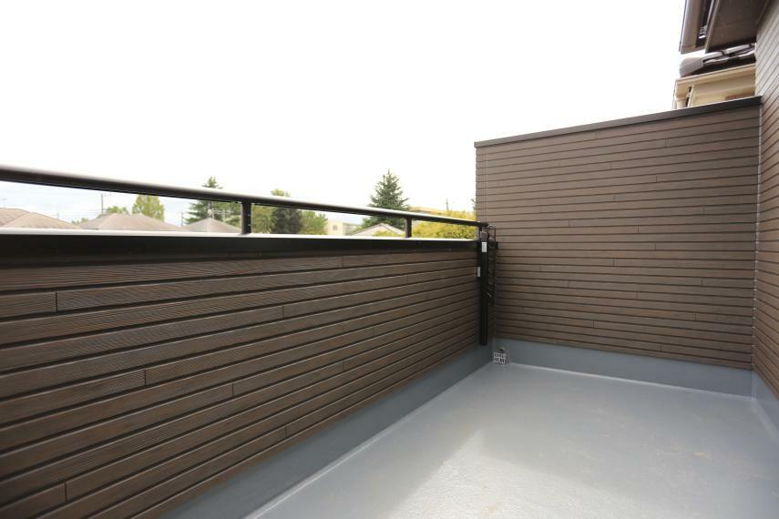 バルコニー 奥行がある便利で作業スペースをしっかり確保!バルコニーの壁の高さもあるのでプライバシーも確保!