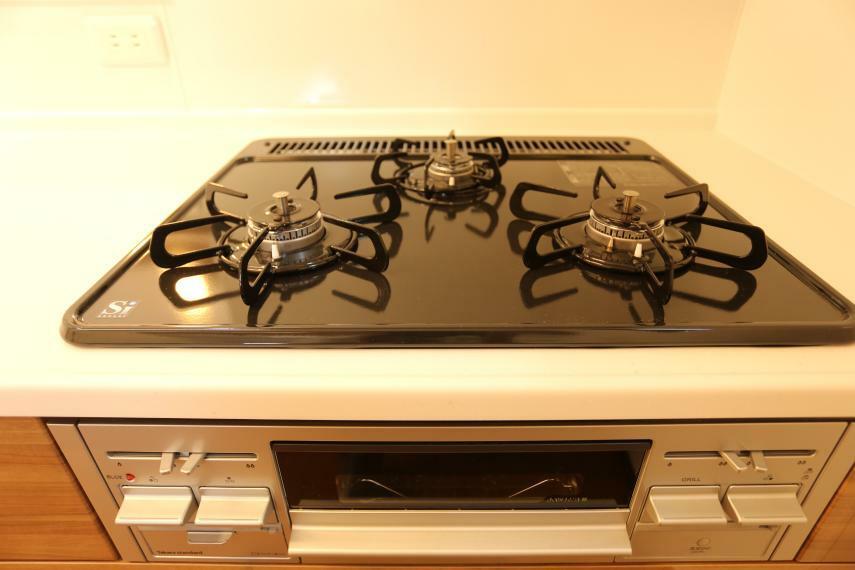 キッチン 3口コンロでお料理の効率がグンと上がりますね!