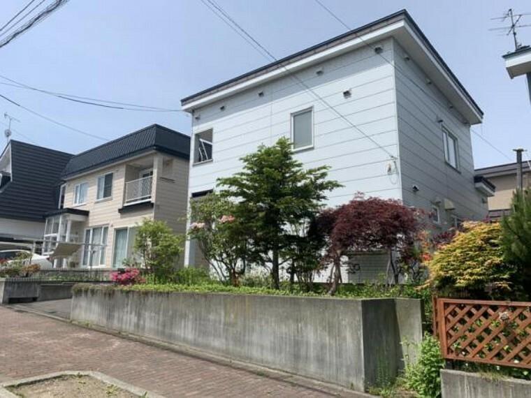 外観写真 [リフォーム前_外観]南東向きの日当たり良好な住宅になります。駐車場は3台可能。外壁屋根塗装を行い、車種によりますが駐車3台可能です。