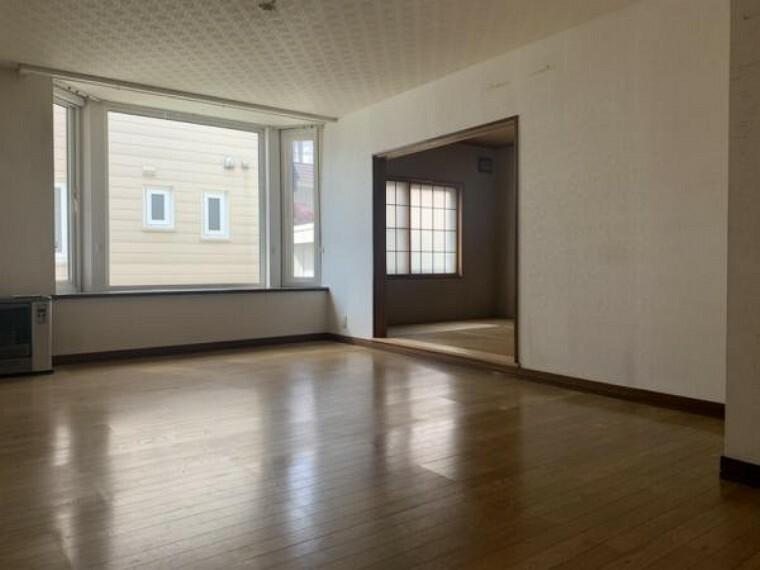 居間・リビング [リフォーム前_リビング]南東幹側に出窓がある、日当たりの良いリビングになります。家族団欒にぴったりの空間です。クロスの張替えと床の上張り、照明交換を行う予定です。