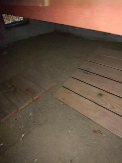住宅に瑕疵(雨漏り、構造部分の欠陥や腐食など)があった場合は、弊社が引き渡しから2年間保証します。その前提で床下まで確認の上でリフォームしています。
