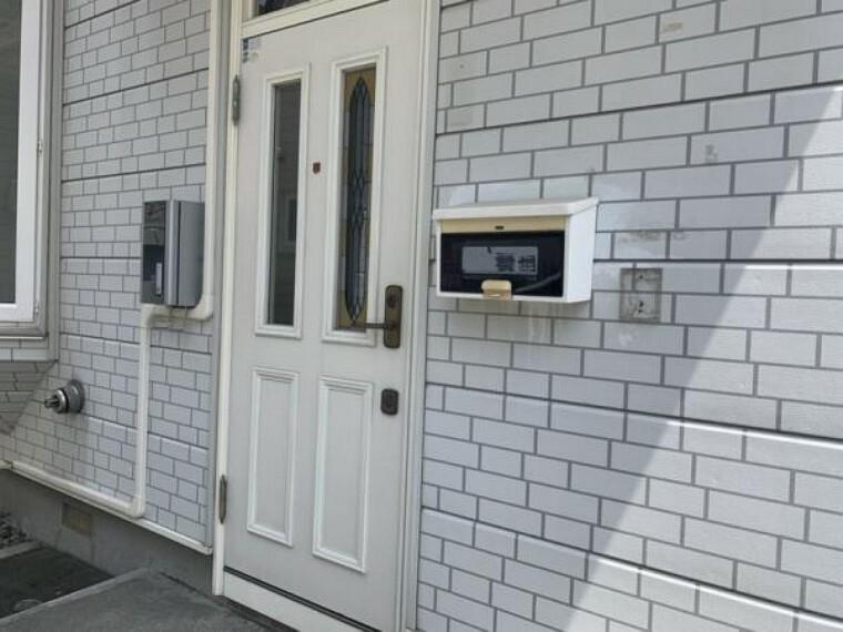 玄関 [リフォーム前_玄関]新品の断熱玄関ドアに交換予定です。防犯性の高いWロックとピッキング対策として取り外し可能なサムターンになっています。外灯も新品に交換予定です。