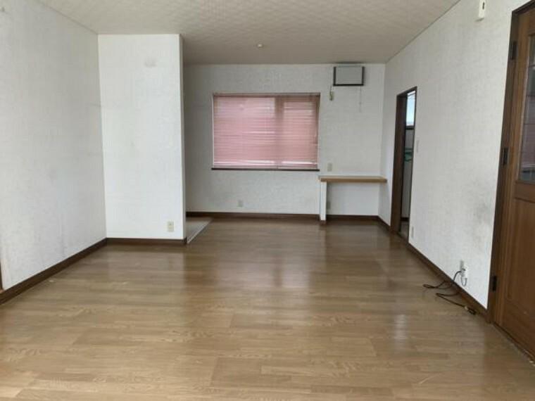 居間・リビング [リフォーム前_リビング別角]別角度からのリビングになります。キッチンが見えない現状の間取りから、開放感のあるリビングにするためにひと手間加える予定です。
