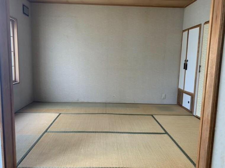 [リフォーム前_和室]1階6畳の和室です。洋室へ変更いたします。床フローリング張替、クロス張替、照明交換を行う予定です。