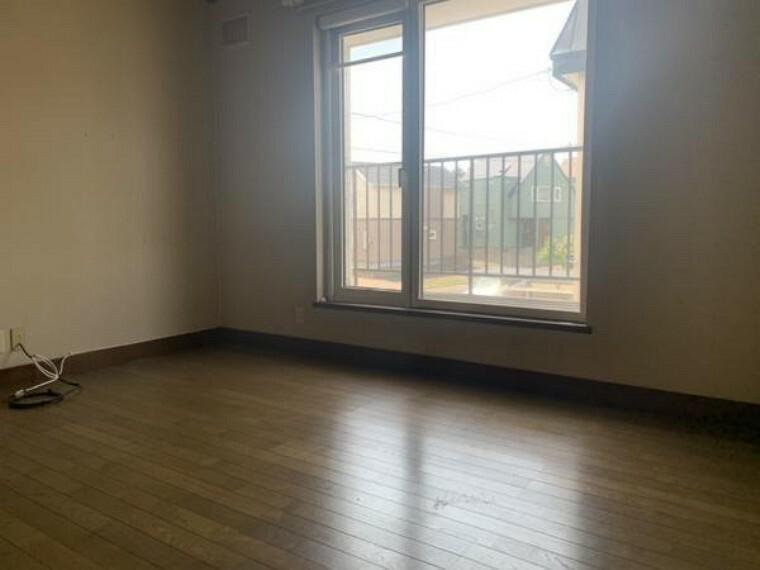 [リフォーム前_2階洋室]2階6帖の洋室です。床の上張り、クロスの張替え、照明交換を行う予定です。