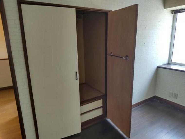 収納 [リフォーム前_2階洋室収納]2階洋室の収納になります。洋服をかけれるようにポールを設置し、収納できるように枕棚を設置いたします。