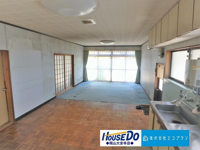 居間・リビング 明るく開放的な空間が広がる、LDK。室内には豊かな陽光が注ぎ込む、気持ちのいいリビングスペース