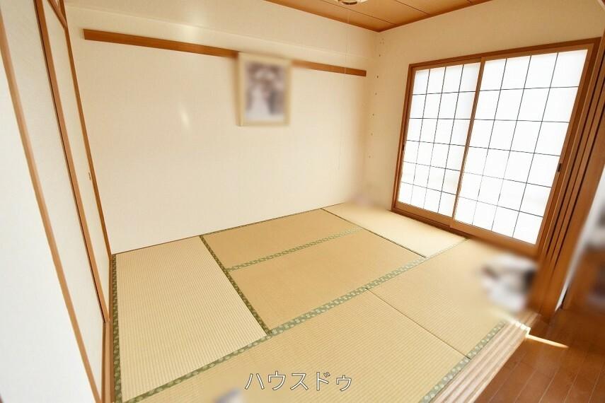 和室 5.8帖和室はリビングに隣接しております!畳は吸音性もあるので、お子様の遊び場からお昼寝スペースまで幅広く活躍してくれそう