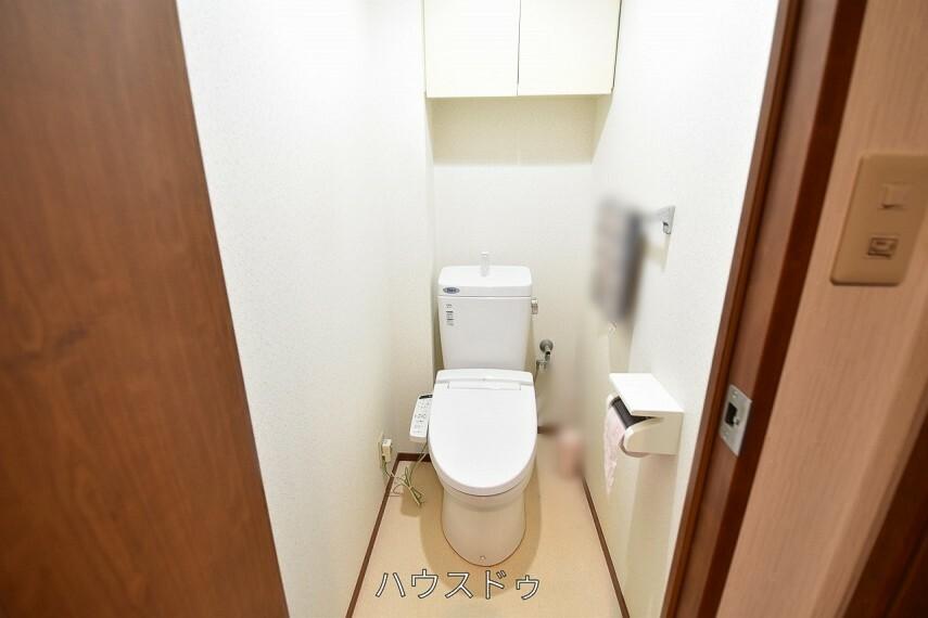トイレ トイレにも収納棚がございます!見せない収納ですっきり見えますね トイレ用品の収納場所にも困りません!