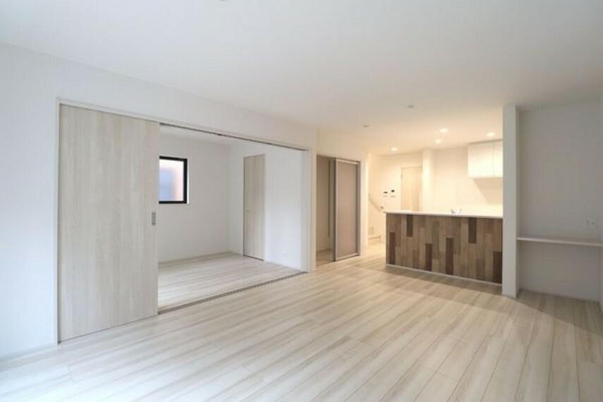 居間・リビング 洋室の引き戸を開ければ開放感のある空間が生まれます。