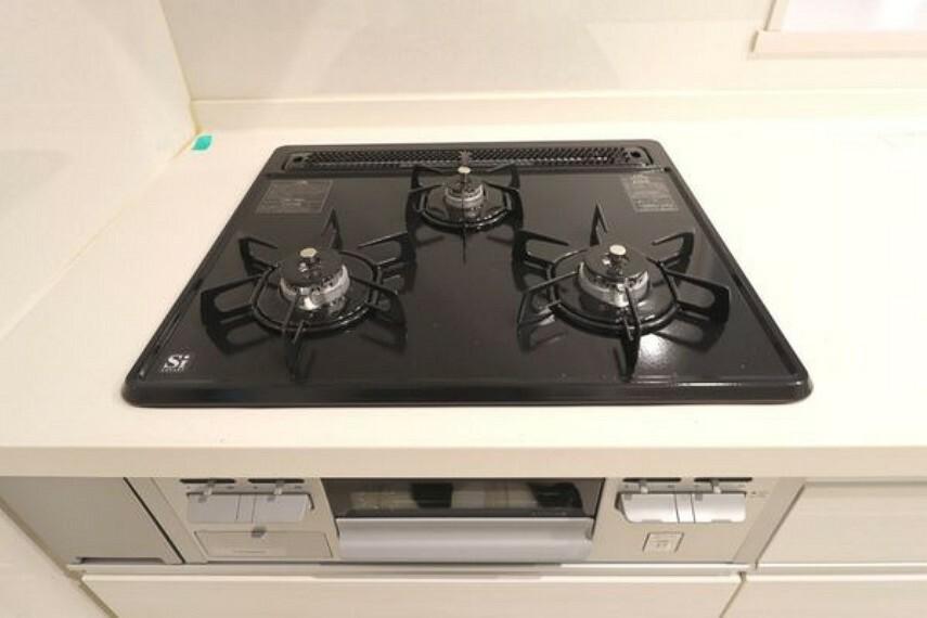 キッチン 3口コンロでらくらくお料理。同時進行が可能なので時間短縮にもなります。
