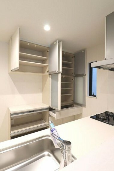 キッチン 引き出しや棚など収納が充実したキッチン。