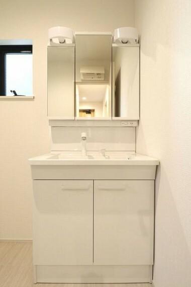 洗面化粧台 白でまとめられ、清潔感のある洗面室内。