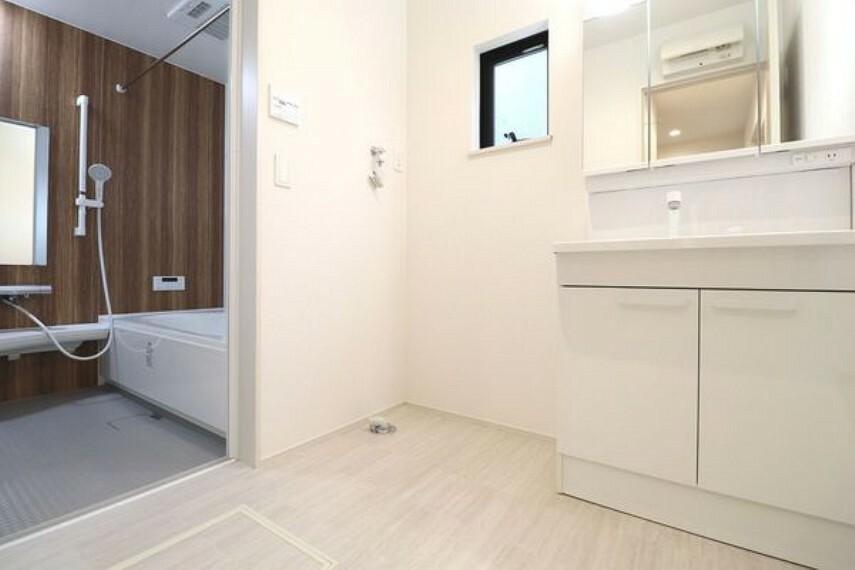 洗面化粧台 洗面台の横には洗濯機置き場が設けられています。