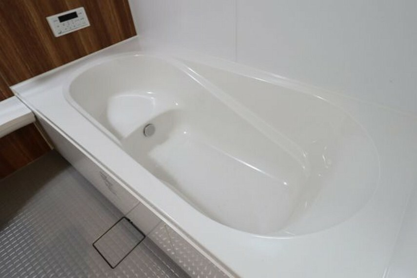 浴室 ステップに腰掛けたり足を伸ばしたり、心地よく入れる浴槽。一日の疲れをたっぷりいやせます。