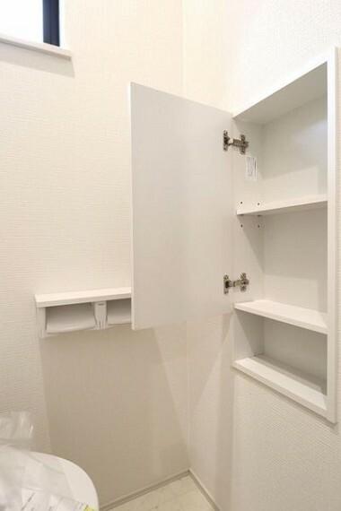収納 トイレ収納。棚付きなのでトイレ用品を置くことができます。