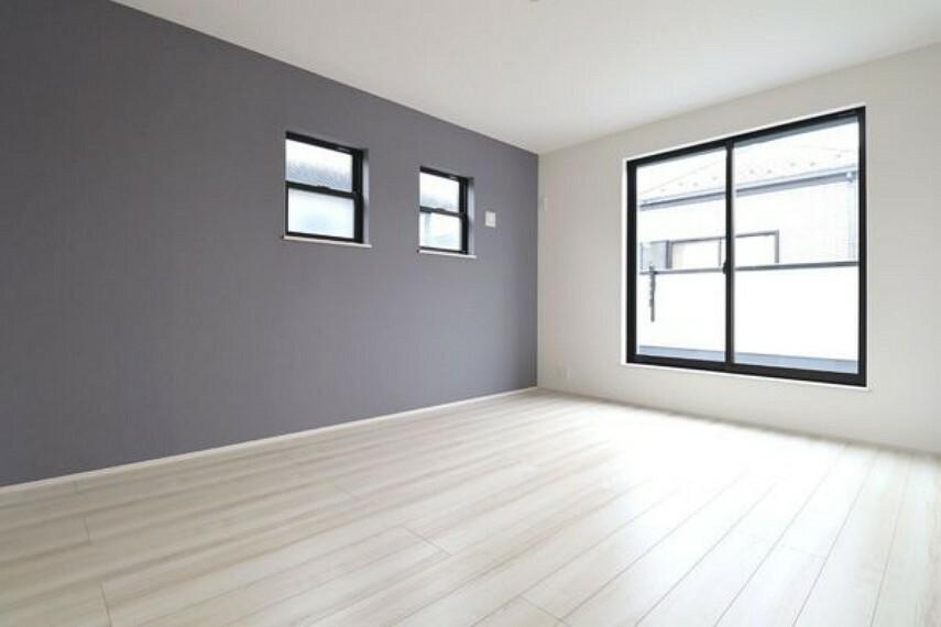 寝室 アクセントクロスを使用した落ち着きのある8.25帖の洋室。