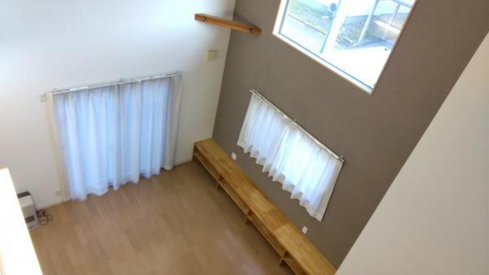 居間・リビング 【現在リフォーム中】2階からの様子になります。リビングに対して大きな窓から日差しが入るため、明るいお部屋になります。お部屋が明るいといいですよね