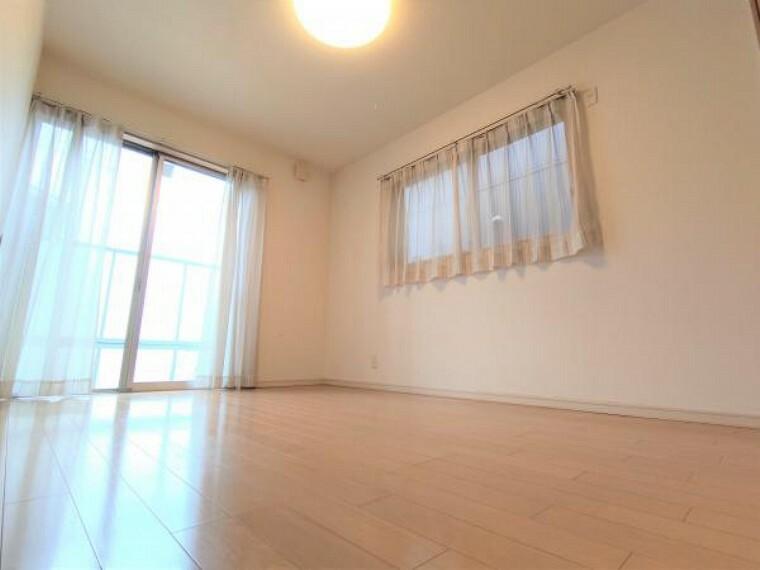 【現在リフォーム中】こちらは6帖洋室になります。壁天井クロス張替えを行い、クローゼットと床はクリーニングを行います。洋室が広いといいですよね